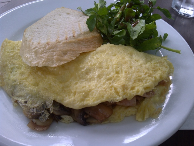La bodega's ommelete (3farm fresh eggs with toast) choice of additional filling -sauteed mushroom and smoked turkey ham)